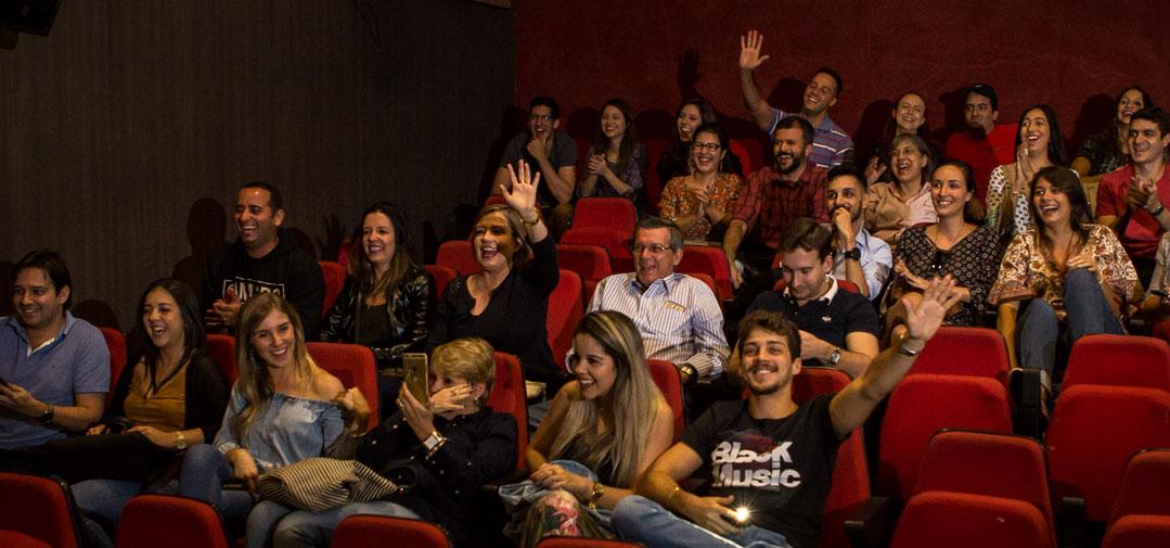 Noivado Laís e Danilo - familiares e amigos na plateia do cinema