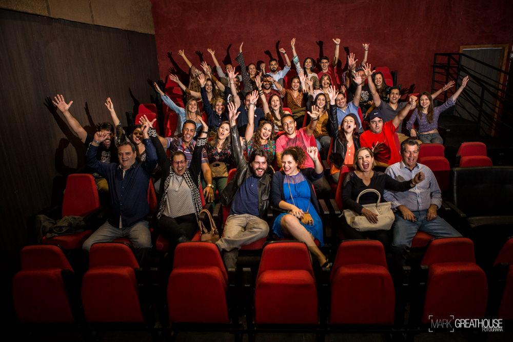 Noivado Laís e Danilo - familiares e amigos comemorando com o casal na sala de cinema onde rolou o pedido